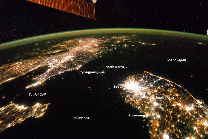 На тази версия на снимката стрелки указват местоположението на градовете. Столицата на Северна Корея Пхенян (Pyongyang) прилича на малък остров. Снимка: NASA/ISS