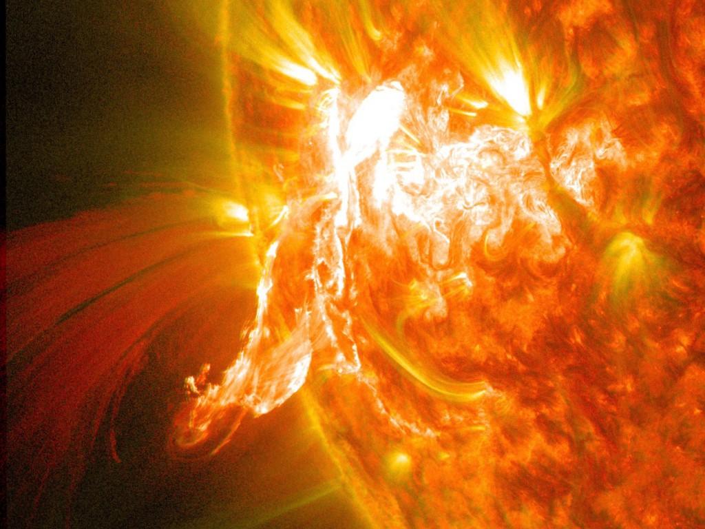 След затъмнението космическата обсерватория улови и изригване със средна мощност. Източник: NASA/SDO