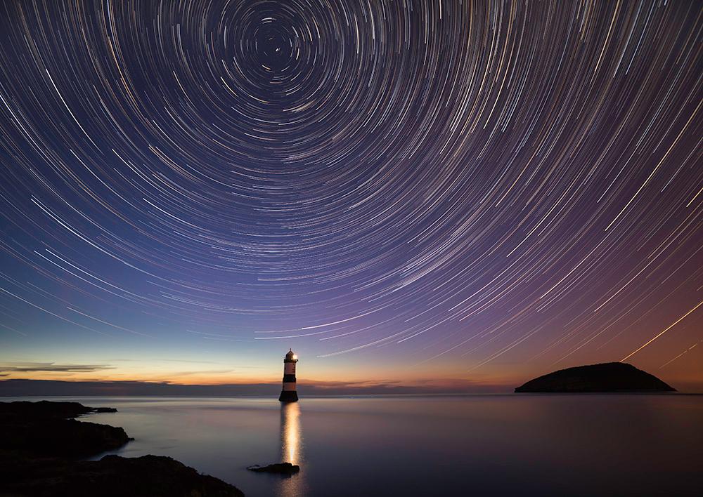 """Поради въртенето на Земята звездите на тази снимка с дълга експозиция са """"очертали"""" концентрични кръгове в небето. В центъра на тези кръгове е полярната звезда, чиято видима позиция остава непроменена. Снимка: Kristofer Williams (CC BY-NC-ND 2.0)"""