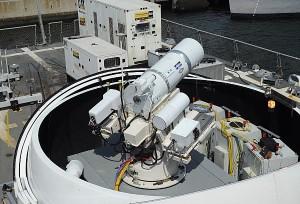 Новото лазерно оръдие тук е монтирано на борда на разрушителя USS Dewey. Снимка: John F. Williams / U.S. Navy