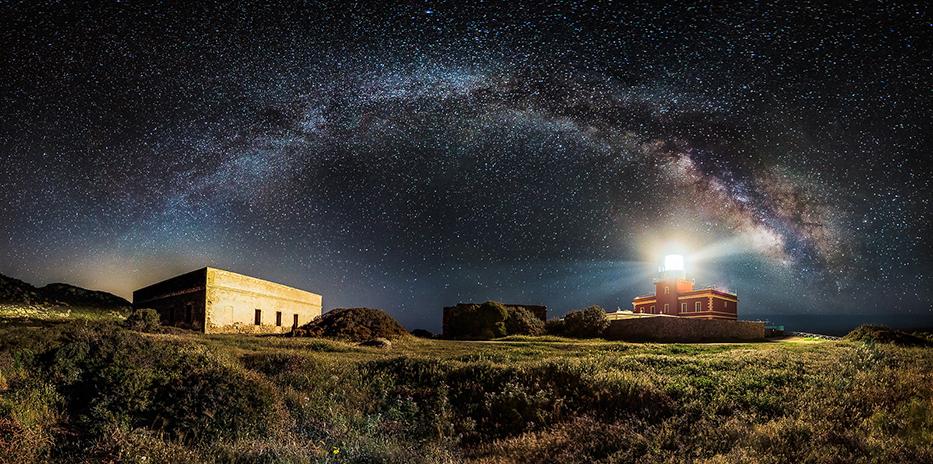 Млечният път е увиснал като красива арка в нощното небе над фар в Капо Спартивенто, Италия. Снимка: © Ivan Pedretti, Italy, Winner, Panoramic, Open Competition, 2014 Sony World Photography Awards
