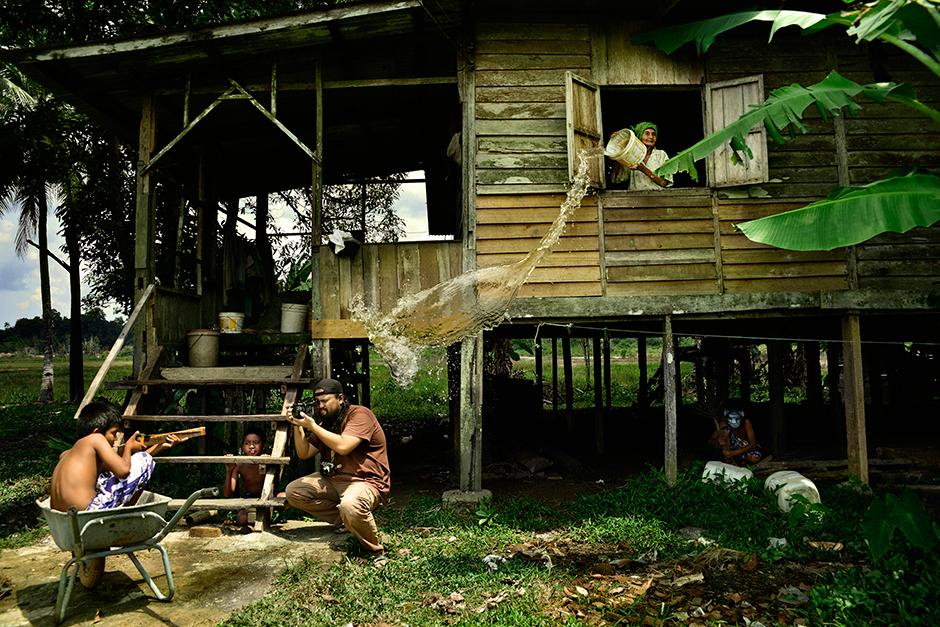 Тази снимка е направена в Куантан, Малайзия. Според автора тя чудесно илюстрира трудностите на това да бъдеш фотограф и да улавяш точния момент. Снимка: © Hairul Azizi Harun, Malaysia, Winner, Split Second, Open Competition, 2014 Sony World Photography Awards