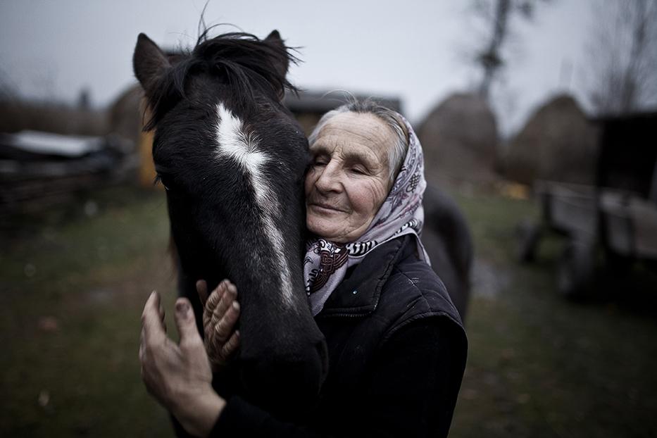 Фотографията показва Татяна - живееща в Шацк, Украйна - и нейния кон. Снимка: © Mateusz Baj, Poland , 1st place, Poland National Award, 2014 Sony World Photography Awards
