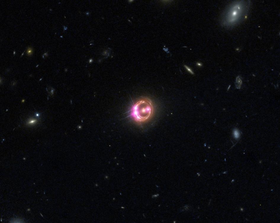 Съставно изображение на далечния квазар RX J1131, в чието сърце се намира черната дупка. Източник: X-ray: NASA/CXC/Univ of Michigan/R.C.Reis et al; Optical: NASA/STScI