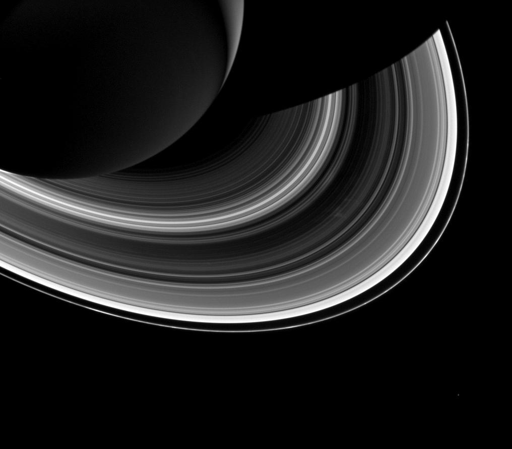 Учените все още не са наясно каква е причината за появата на т.нар. спици. Тук те се виждат вдясно от центъра на снимката - леко избледняване с неправилна форма в пръстените. Снимка: NASA/JPL-Caltech/Space Science Institute