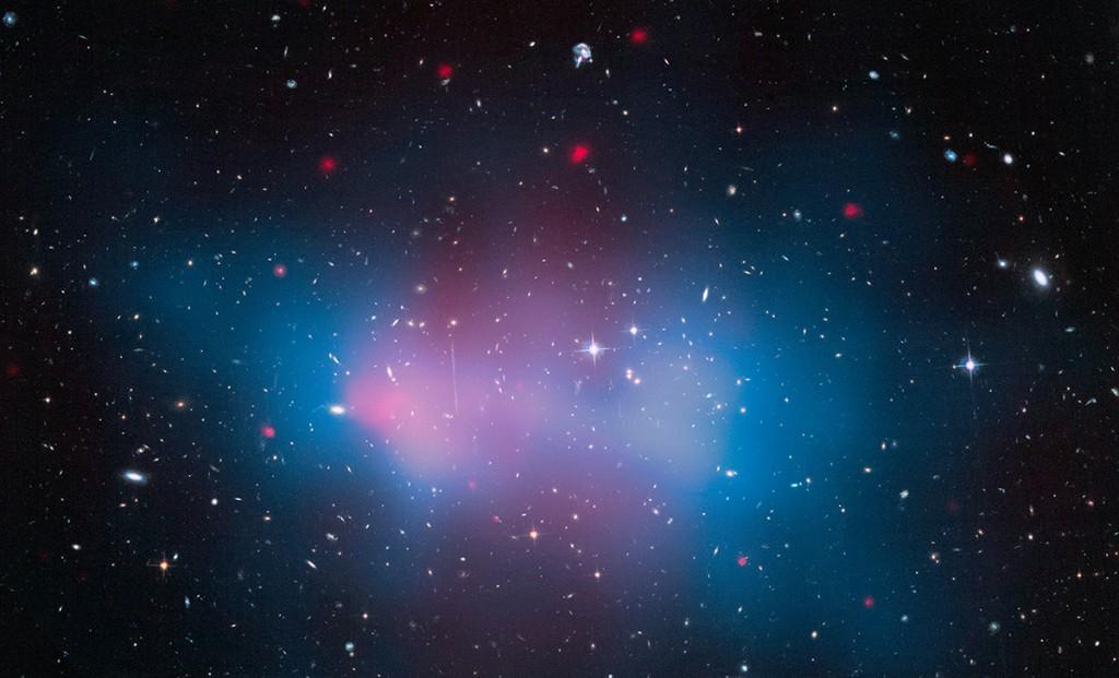 """Купът от галактики """"Ел Гордо"""" тежи колкото 3 милиона милиарда слънца. Снимка: NASA, ESA, and J. Jee (University of California, Davis)"""