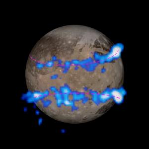Аврората, заснета от телескопа Хъбъл, насложена върху снимка на Ганимед от сондата Галилео. Изображение: NASA/ESA