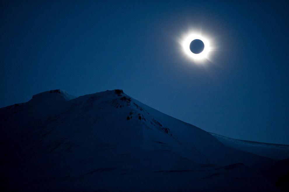 Пълното слънчево затъмнение над Свалбард, Норвегия.