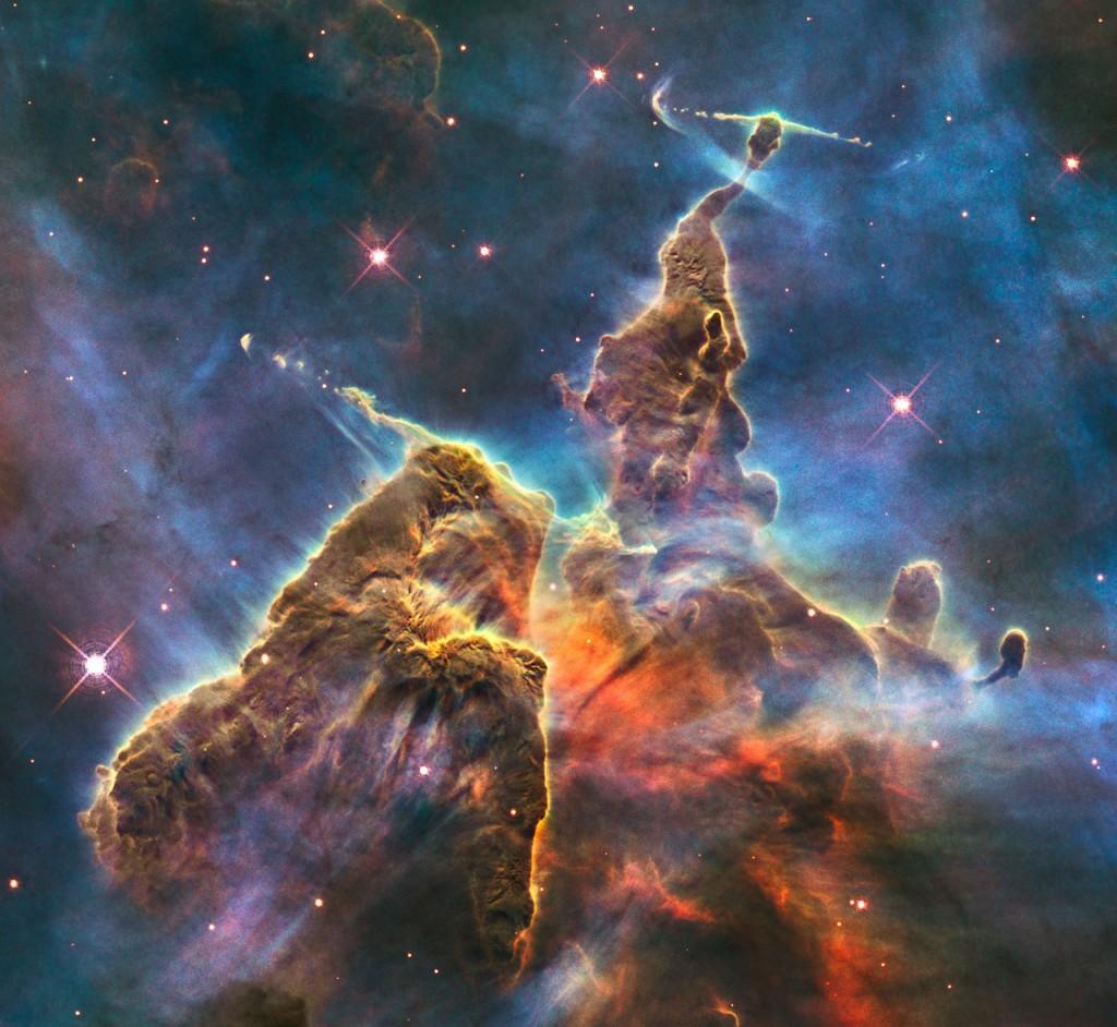 Този облак от прах и газ е кръстен Мистичната планина. Подобно на Вестерлунд 2 космическият облак се извайва под въздействието на звездите, които се раждат в него. Снимка: NASA, ESA, M. Livio and the Hubble 20th Anniversary Team (STScI)