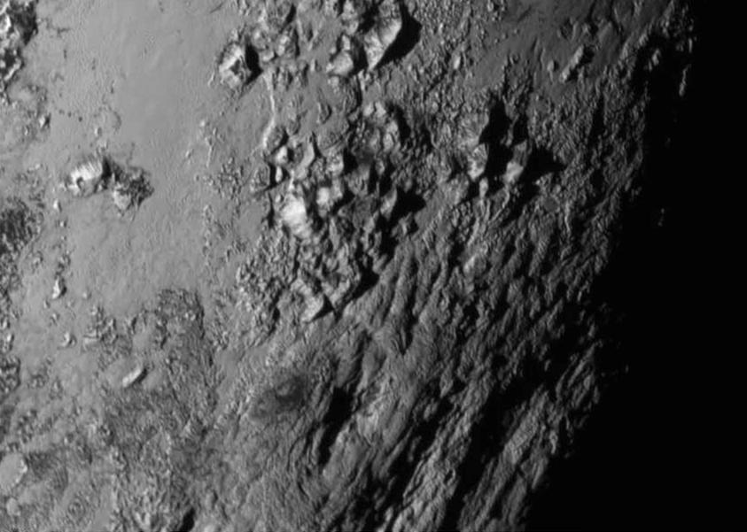 Планините от лед в екваториалния район на Плутон се издигат на височина 3,5 километра. Снимка: НАСА