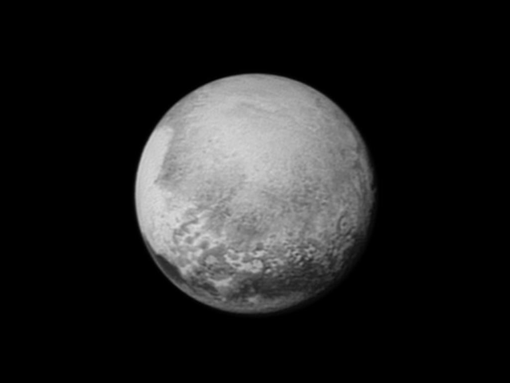Плутон, заснета от сондата New Horizons на 12 юли от разстояние 2,5 милиона километра. Сърцевидното образувание се вижда в левия край на диска. Снимката не е в естествени цветове. Изображение: НАСА