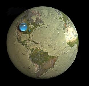 На картинката най-голямата капка, увиснала над Северна Америка, представлява цялата вода на Земята и включва всичките запаси от нея в океаните, ледените шапки, реките, езерата, подземните резервоари, влагата в атмосферата - даже водата във вас, домашния ви любимец и домата, който отглеждате. Диаметъра й в този мащаб би бил 1390 километра, а обема й е внушителните 1 386 000 000 кубически километра.