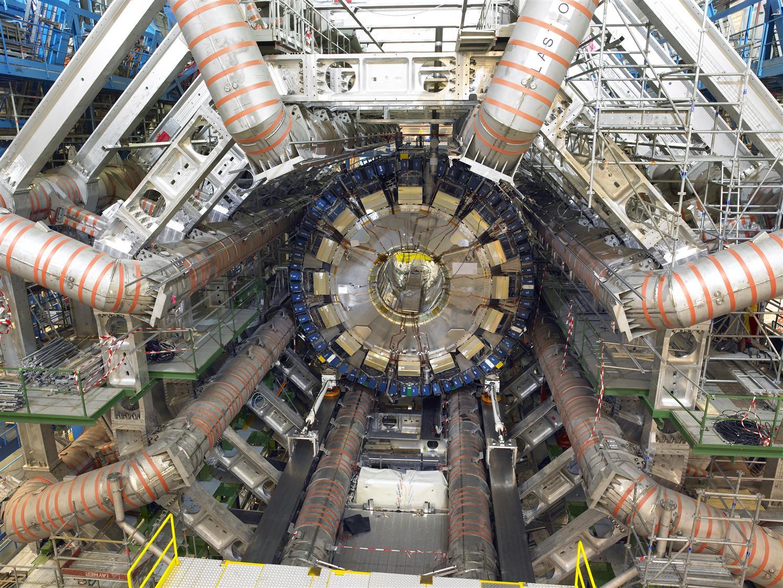 Изглед към тороидалните магнити използвани в експеримента ATLAS (кликни за по-голяма версия). Снимка: ATLAS Experiment © 2012 CERN
