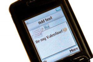 """Екран за добавяне на текст на SMS. Първото SMS съобщение е изпратено на 3 декемри 1992г. от компютър към мобилен телефон и съдържало текста """"Честита Коледа!"""""""