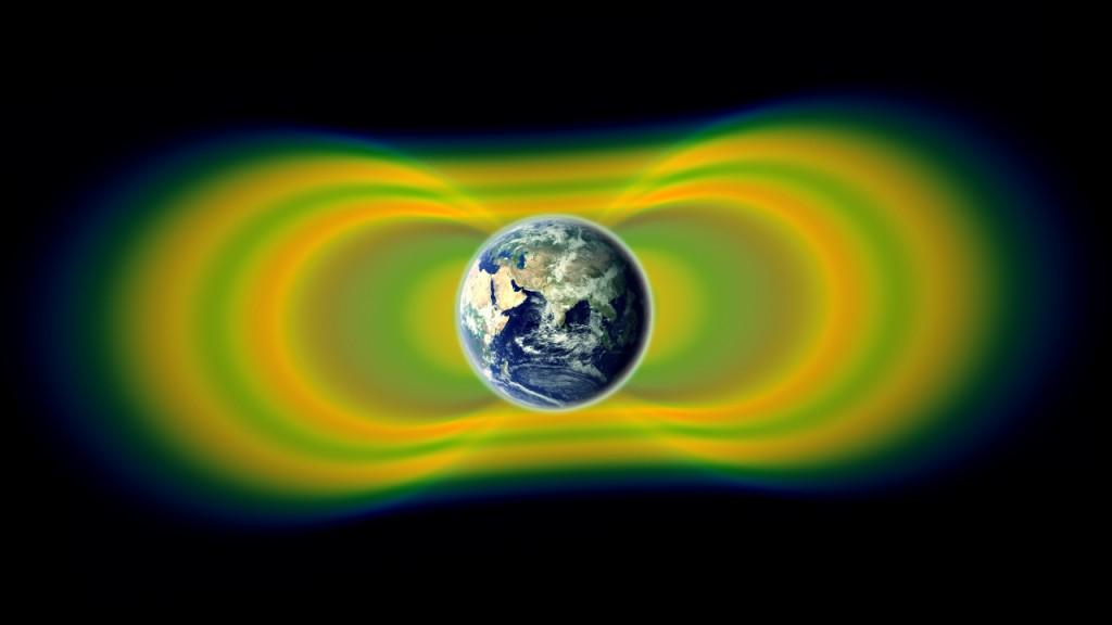 """Двата огромни пояса от радиация, известни като пояси на Ван Алън, са открити през 1958г. През 2012г. наблюдения от """"Проби на Ван Алън"""" на NASA показаха, че понякога може да се образува и трети слой. Радиацията тук е показана в жълто, а пространството между поясите - в зелено. Изображение: NASA/Van Allen Probes/Goddard Space Flight Center"""