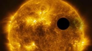 Художествена концепция за планетата HD 189733b в орбита около своята звезда. Изображение: ESA/Hubble