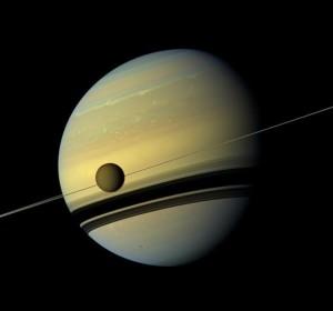 Газовият гигант Сатурн и неговия спътник Титан. Снимка: NASA/JPL-Caltech/SSI