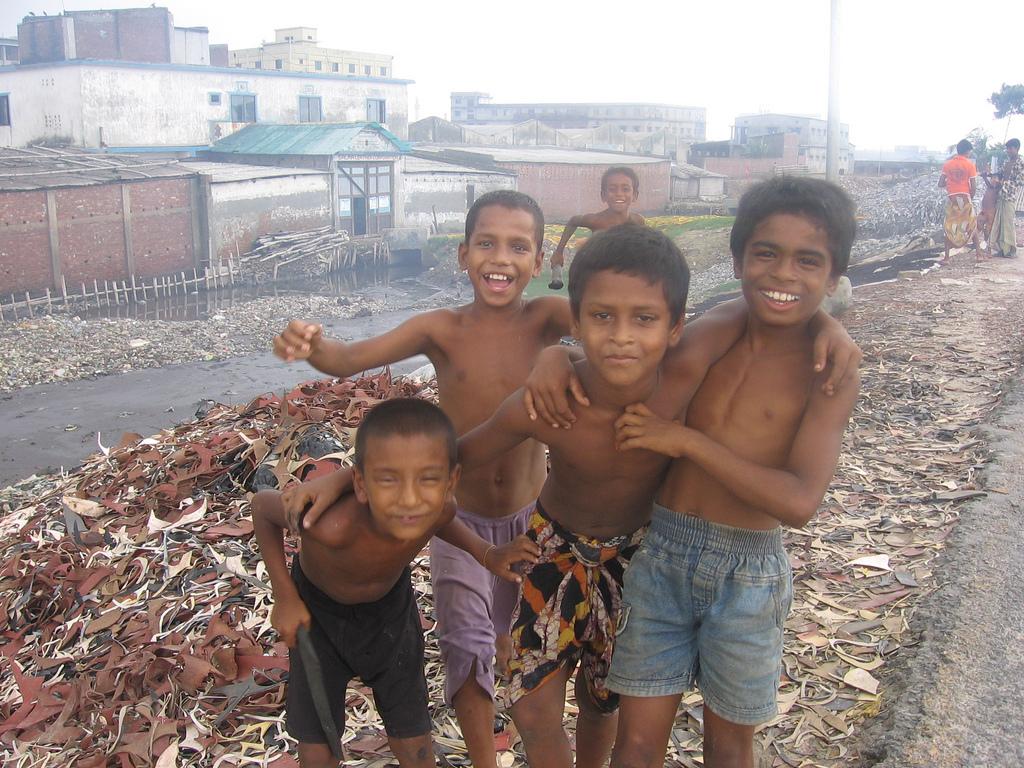 Деца играещи на улицата в Хазарибаг, Бангладеш. Снимка: Blacksmith Institute