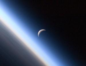 Залязващият сърп на Луната над тънкия слой на земната атмосфера. Снимка: NASA