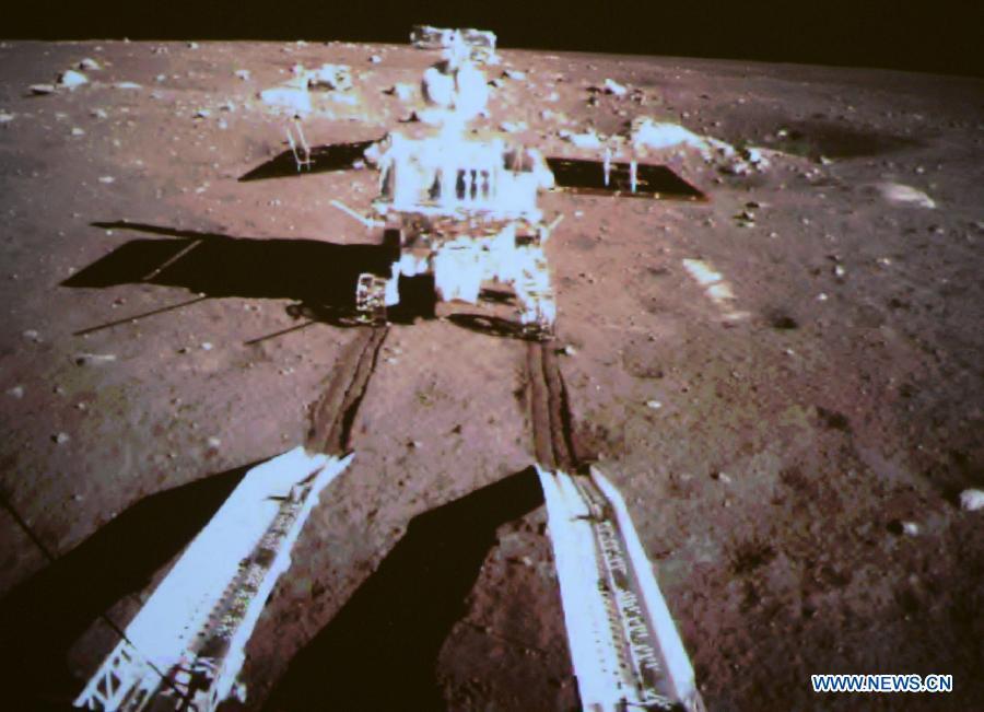 """Луноходът """"Нефритен заек"""" остави първи следи на Луната. Снимка: news.cn"""