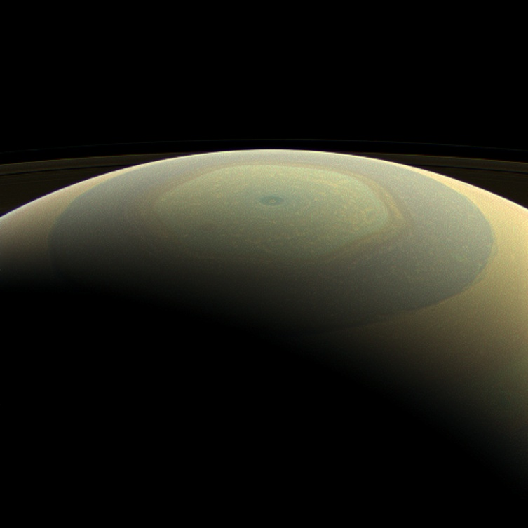 Титаничната хексагонална буря на северния полюс на Сатурн. Снимка: NASA / JPL-Caltech / Space Science Institute