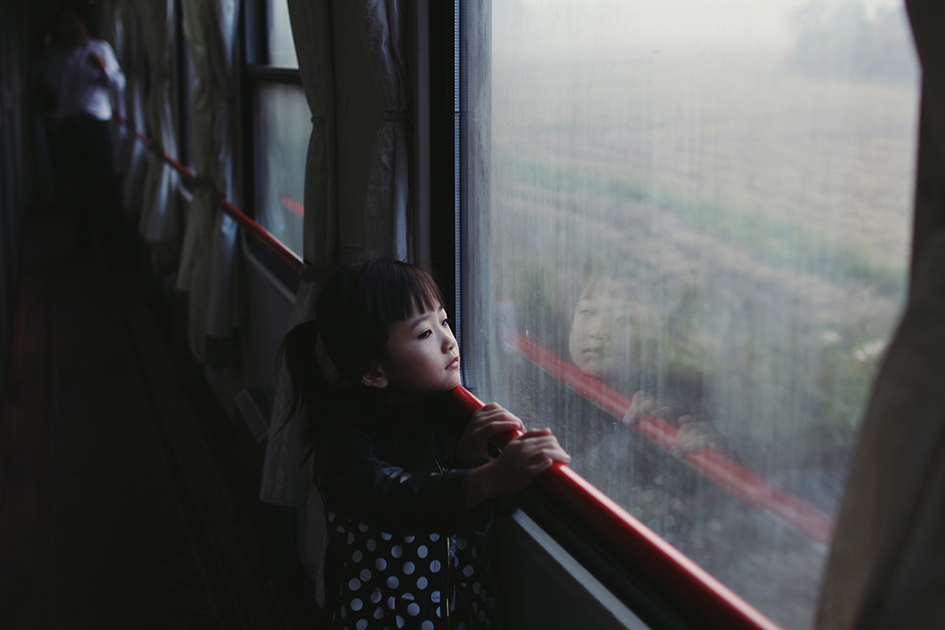 Фотографката заснела това момиченце, гледащо през прозореца, във влак на път за Китай. Снимка: © Paulina Metzscher, Germany, Winner, Portraits, Youth Award, 2014 Sony World Photography Awards