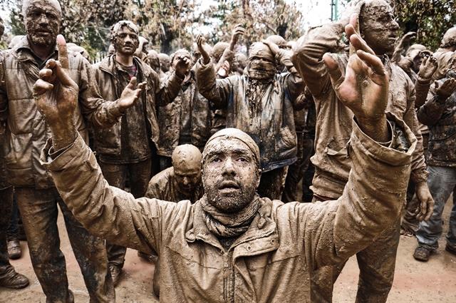 Всяка година шиити в град Бижар, Иран, провеждат церемониално оплакване на имам Хюсеин. Снимка: © Borhan Mardani, Iran, Winner, Culture, Youth Award, 2014 Sony World Photography Awards