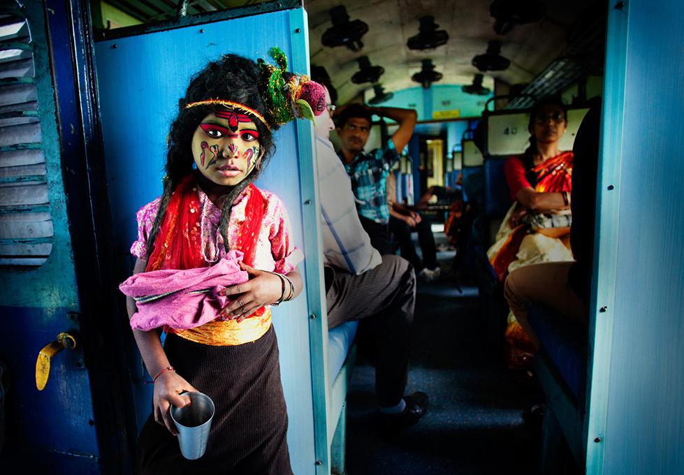 Момче, маскирано като индийския бог Шива, проси във влак в Индия. Снимка: © Arup Ghosh, India, Winner, People, Open Competition, 2014 Sony World Photography Awards