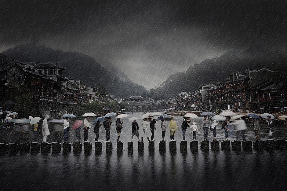 """Кръстена """"Дъжд в древния град"""" тази снимка показва хора в Южен Китай, придвижващи се в дъжда по време на дъждовния сезон. Снимка: © Li Chen, China, Winner, Travel, Open Competition, 2014 Sony World Photography Awards"""