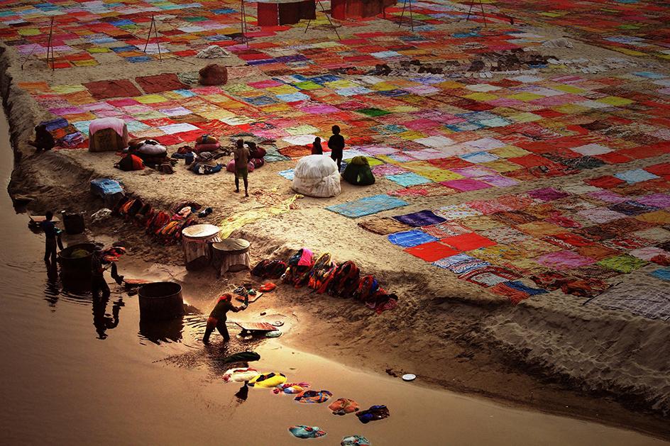 На брега на река Ямуна - непосредствено срещу прословутия Тадж Махал - се перат дрехи срещу заплащане. Снимка: © Bisheswar Choudhury, India, 1st place, India National Award, 2014 Sony World Photography Awards