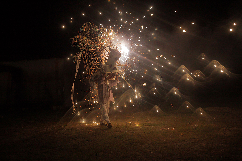 Фойерверки по време на фестивал в Микстек общността Нуу Кан в Мексико. Снимка: © David Montaсo, Mexico, 1st place, Mexico National Award, 2014 Sony World Photography Awards