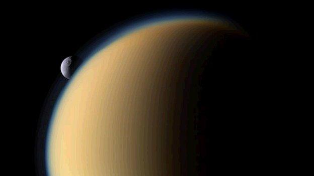 Титан на преден план и другата луна на Сатурн Тетис зад нея. Снимка: NASA/JPL/Space Science Institute