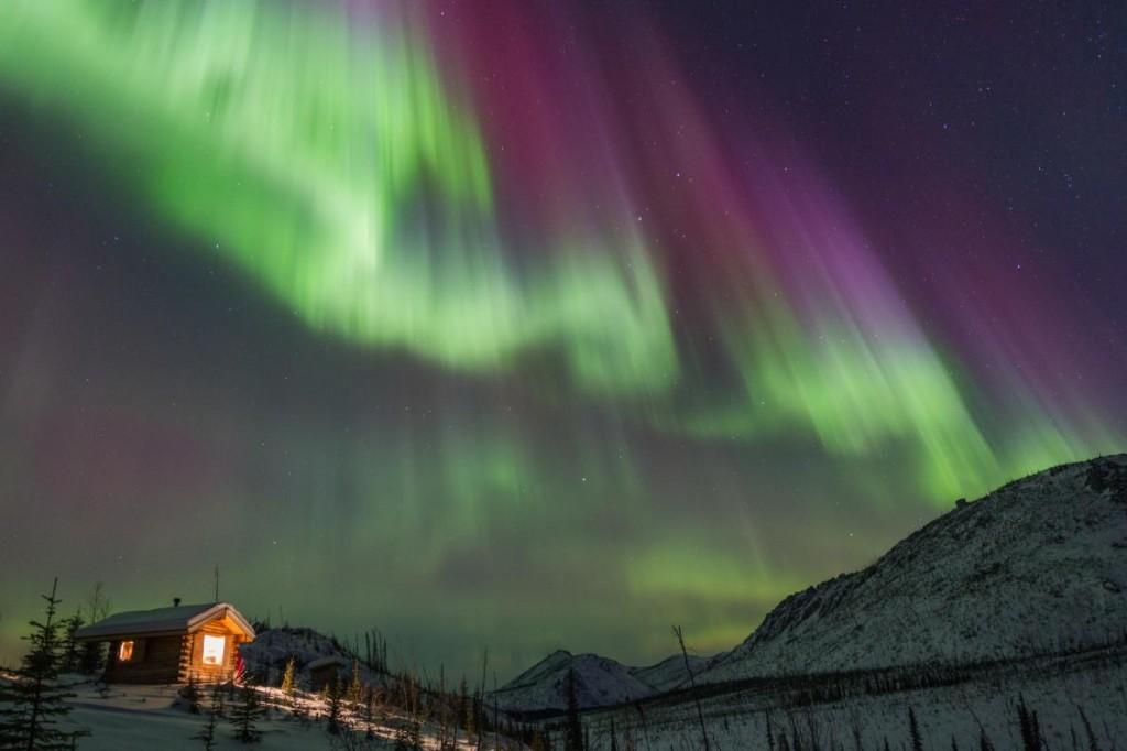 Слънчевите изригвания предизвикват Северно сияние. Аврора Бореалис в Аляска, 2013 г.