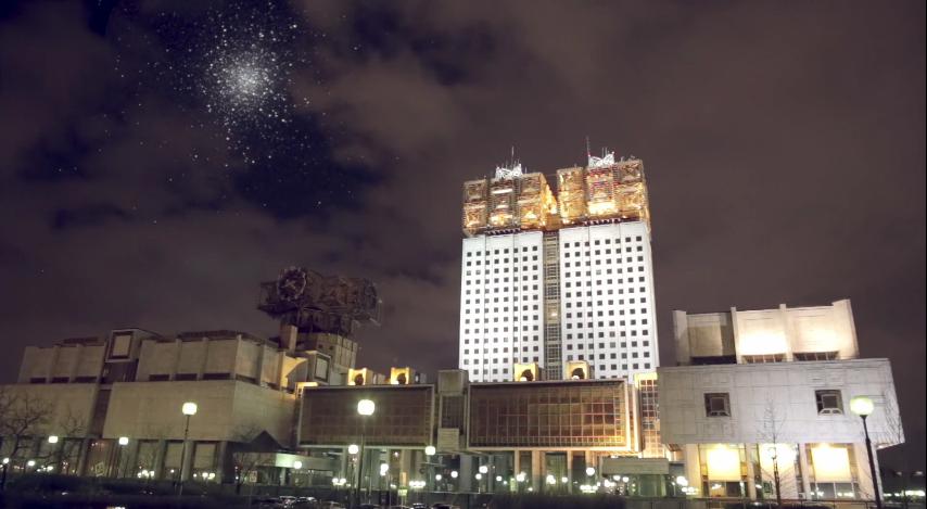 Купът Херкулес съдържа близо 300 000 звезди и има диаметър от около 145 светлинни години. Той се намира на 25 000 светлинни години от Земята.