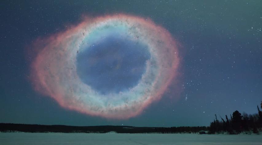 Мъглявината Пръстен е образувана от звезда, която в края на живота си е изхвърлила своята обвивка в космоса. Подобна участ очаква и Слънцето след близо 4 милиарда години. Мъглявината е на около 2000 светлинни години от нас.