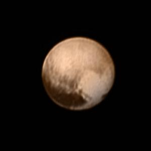 Образуванието с форма на сърце на повърхността на Плутон може да се види в долния десен край на диска на планетата-джудже. Зоната е широка около 2000 километра. Снимката е в естествени цветове и е направена на 7 юли. Изображение: НАСА
