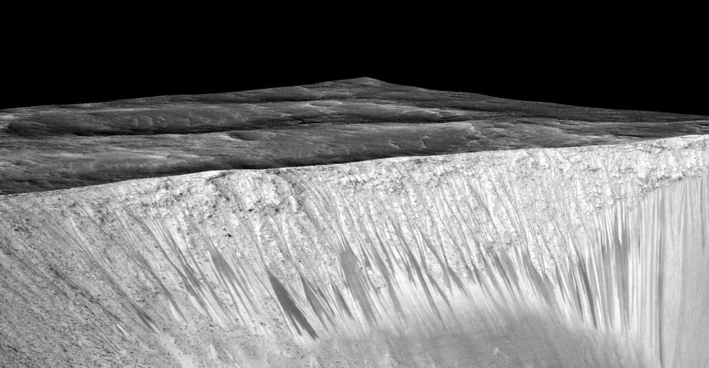 Линиите, които се образуват от стичането на вода, наситена със соли, могат да си видят на снимката на склона Гарни на Марс. Дължината на линиите достига стотици метри. Снимка: NASA/JPL/University of Arizona