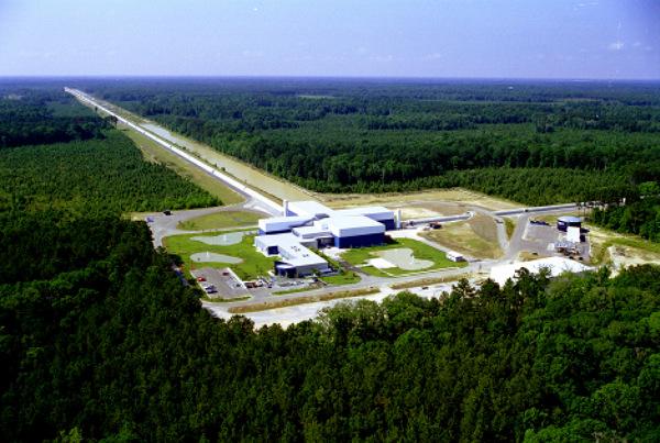 Двата тунела на инсталацията на LIGO образуват буквата Г. Снимка: LIGO/NSF